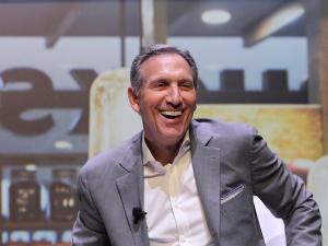 Howard Schultz, da Starbucks, rouba cena no prêmio da EY em Mônaco