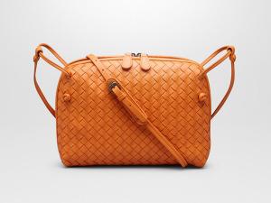Desejo do dia: banho de charme na bolsa compacta da Bottega Veneta