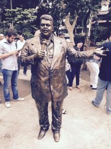 Escultura de Tim Maia é inaugurada na Tijuca, no Rio