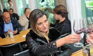 Glamurettes livres, leves e soltos nas mesas do restaurante Spot