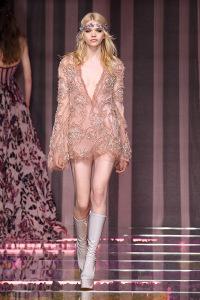 Atelier Versace arma desfile flower power na semana de alta-costura