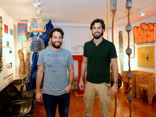 Gustavo e Guilherme Carneiro na sala de casa    Créditos: Juliana Rezende