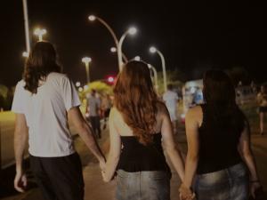 Série de João Jardim desvenda os relacionamento a três