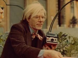 Cliques de Andy Warhol feitos com sua inseparável Polaroid viram livro