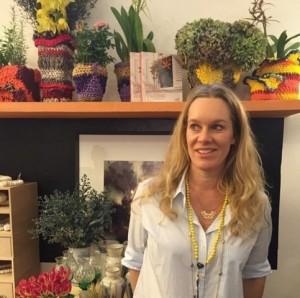 """Cris Rosenbaum é curadora da exposição """"Objetos de Objetos"""""""