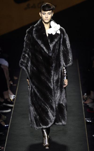 16700ad3d7 Fendi pode vender casaco de pele por R  3