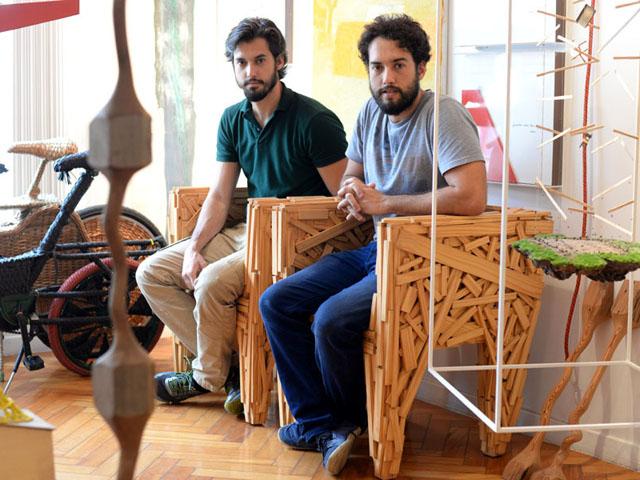 Guilherme e Gustavo Carneiro nas cadeiras dos Irmãos Campana    Créditos: Juliana Rezende