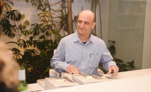 Noite de autógrafos do livro de Carlos Bevilacqua na Fortes Vilaça