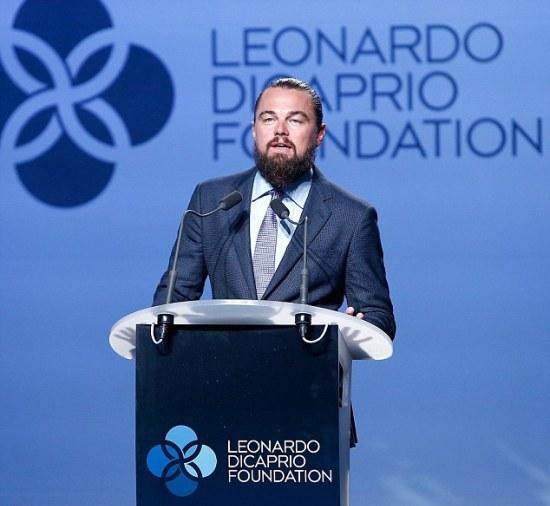 Leonardo DiCaprio discursa no gala da sua fundação || Créditos: Getty Images