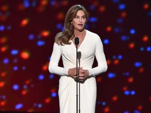 Caitlyn Jenner elege Atelier Versace para receber homenagem