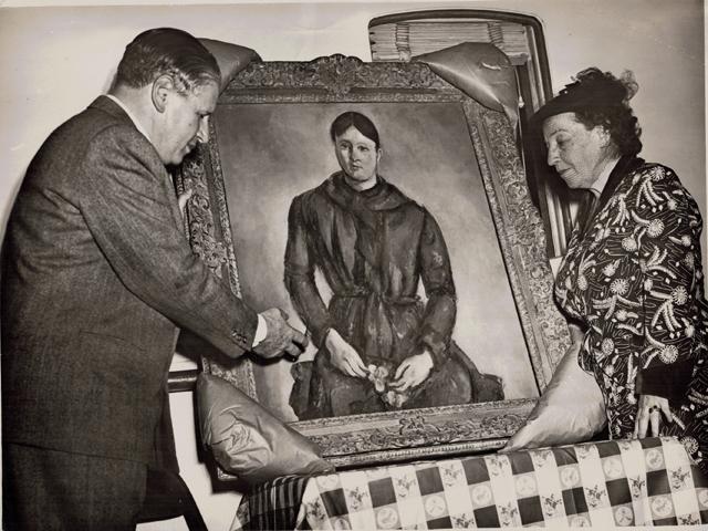 Imagem da obra Madame Cézanne em vermelho sendo recebida pelos artistas Lasar Segall e Anita Malfatti, no navio Uruguai em 1949 || Créditos: Divulgação