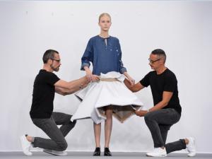 Viktor & Rolf transforma passarela em exposição de arte in loco