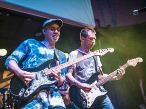 Beto Lee e Pedro Baby tocam juntos músicas de seus pais em SP