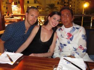 Valentino e seu bronzeado roubam a cena em balada de Ibiza
