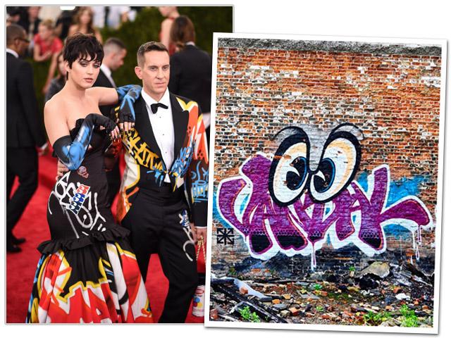 Jeremy Scott ao lado de Katy Perry usando modelo da coleção de outono/inverno 2015    Créditos: Getty