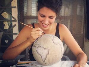 Conheça a empresa especializada em fabricar globos terrestres artesanais