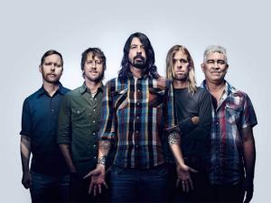 Com música, Foo Fighters responde a protesto de igreja conservadora