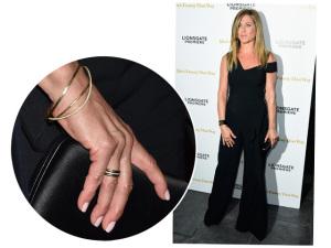 Jennifer Aniston reaparece comportada, bronzeada e com aliança