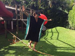 Ivete Sangalo dá show no slackline em dia de dolce far niente