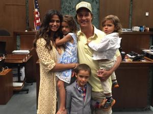 Matthew McConaughey parabeniza Camila por cidadania americana