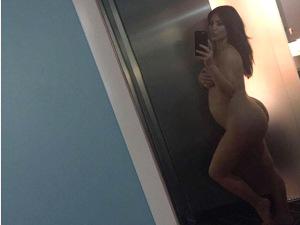 Grávida de 5 meses, Kim Kardashian faz selfie nua com desabafo