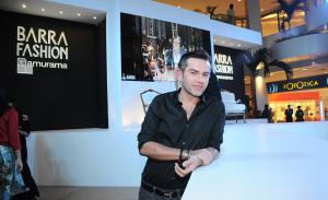 Rosman Braz pilota aula de make na primeira noite de Barra Fashion Glamurama