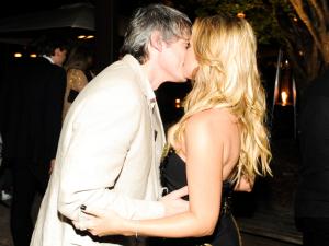 Eliana comemora sucesso aos domingos com beijaço romântico