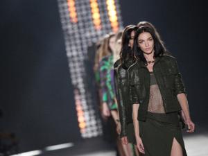 Versace desfila seu verão sexy e cheio de recortes em Milão