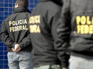Policiais federais batem o carro depois de deixar presos em Pinhais