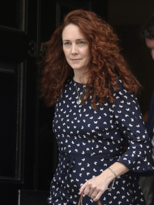 Jornalista Rebekah Brooks volta à Inglaterra em posição de destaque