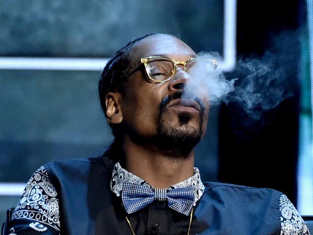 Quem é que joga fumaça pro alto? Snoop Dogg!