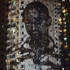 Festival exibe obras audiovisuais de Vik Muniz e mais em prédios do Rio