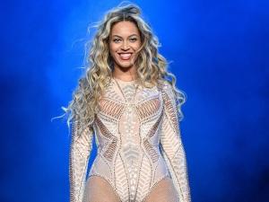 Beyoncé volta aos palcos com show bombástico e vários figurinos