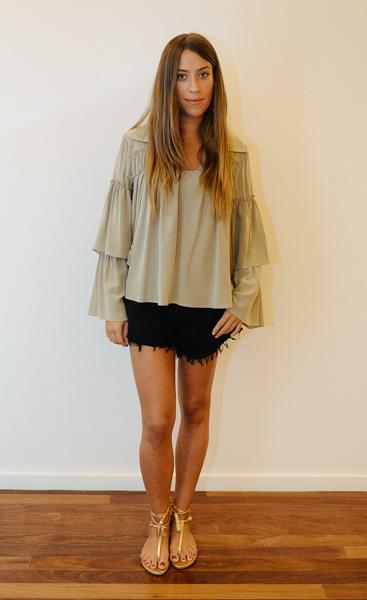 Look 2: blusa Mixed, preço sob consulta. Shorts FYI, à venda por R$198. www.oqvestir.com.br