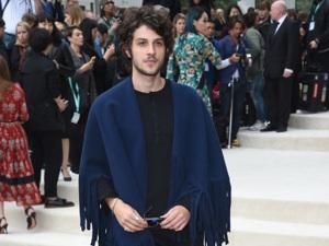 Chay Suede veste poncho de franjas no desfile da Burberry em Londres