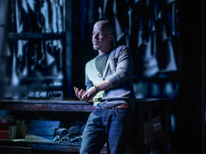 Peça sobre a vida de Alexander McQueen estreia em Londres