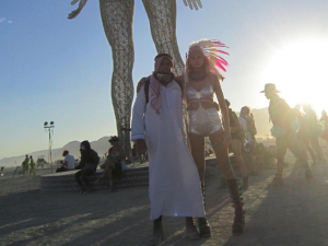 Ronaldo e Celina Locks entram no clima hippie do festival Burning Man