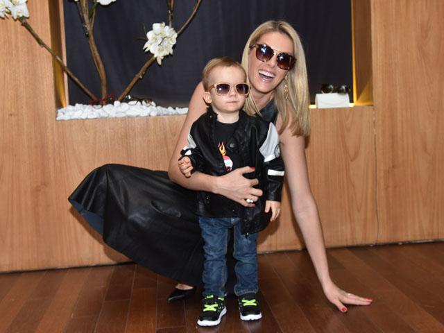 Ana Hickmann apresentou sua nova coleção de óculos ao lado filho     Créditos  Divulgação fbd1435236