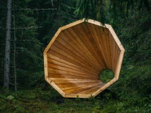 Instalação propõe escutar os sons de uma floresta da Estônia. Oi?