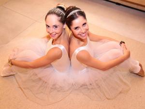 Aulas de balé colocam futuras noivas e madrinhas para dançar