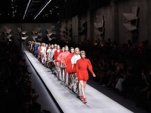 O verão cheio de atitude da Fendi na Semana de Moda de Milão