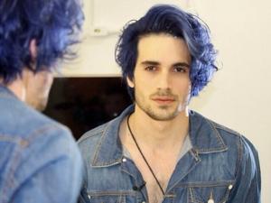 Fiuk adere à onda do fantasy color e pinta a juba de azul