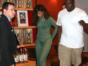 Rihanna vai de biquíni a churrascaria e causa tumulto com paparazzi