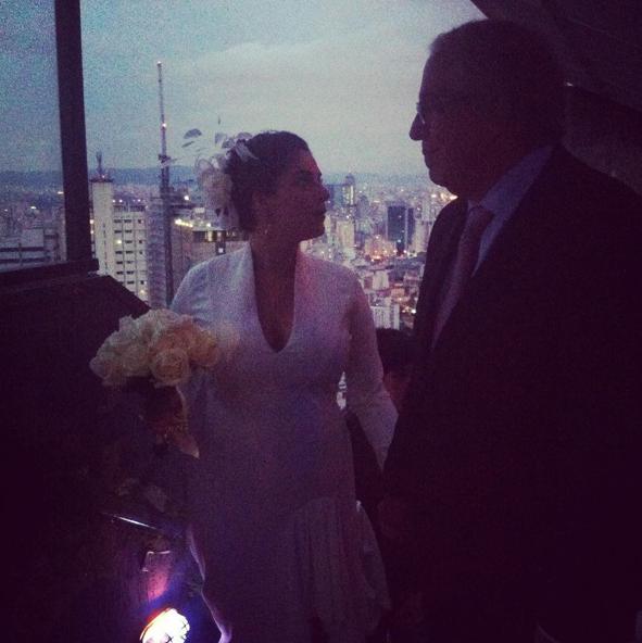 Martha Nowill com o pai, Alexandre Nowill, na cerimônia de seu casamento com João Wady Cury