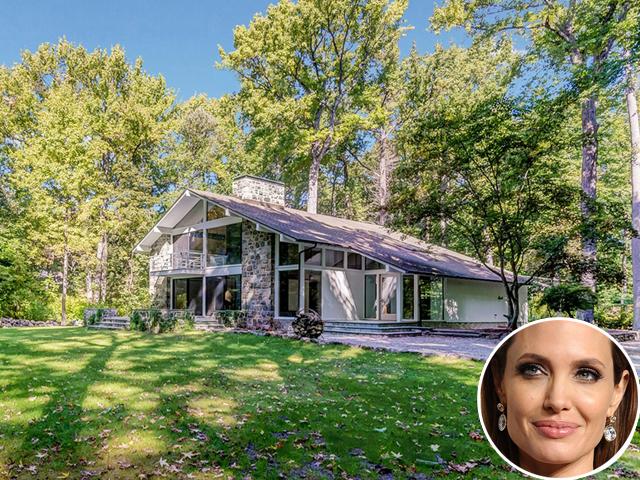 A casa onde Angelina Jolie passou sua infância está à venda    Créditos: Divulgação / Getty Images