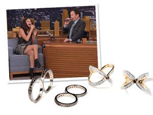 Selena Gomez arremata look com joias de Ara Vartanian. Vem ver!