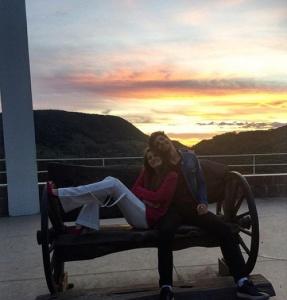 Camila Queiroz curte férias com namorado em Santa Catarina