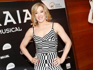 Claudia Raia revela que foi garçonete e sambou na noite de NY
