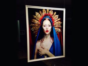 Exposição de Miles Aldridge abre calendário oficial da Semana de Moda em SP