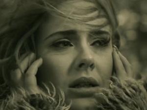 """Acaba de sair do forno """"Hello"""", novo clipe de Adele. Play já!"""